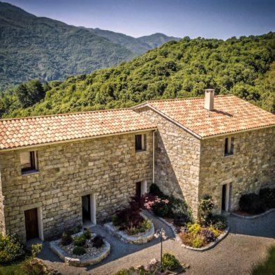 Maison d'hôtes Zella à Guitera les Bains. Vue aérienne de la ferme en pierres de taille.