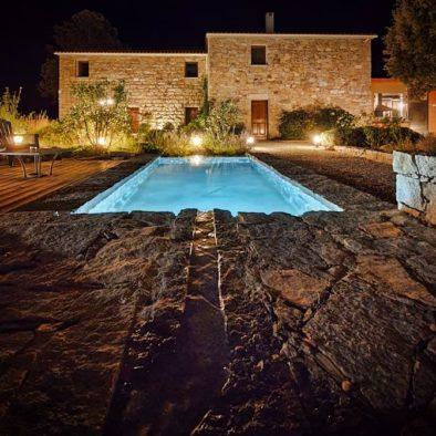 Maison d'hôtes Zella à Guitera les Bains en Corse. Vue de la ferme et du bassin en pierres de taille. Photo de nuit