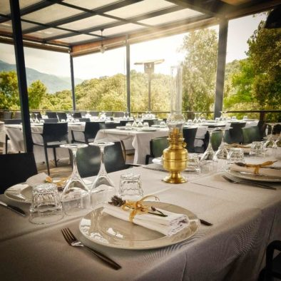 Banquet sur la terrasse de la maison d'hôtes Zella en Corse