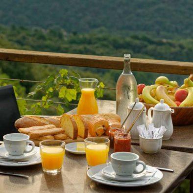 Petit-déjeuner sur la terrasse de la Maison d'hôtes Zella en Corse
