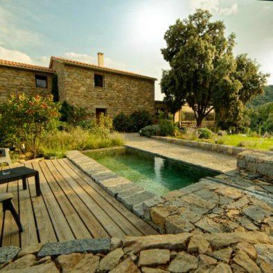 Bassin devant la Maison d'hôtes Zella en Corse